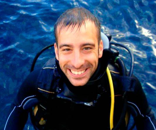 Instructor de buceo Luis Galdeano saliendo del agua